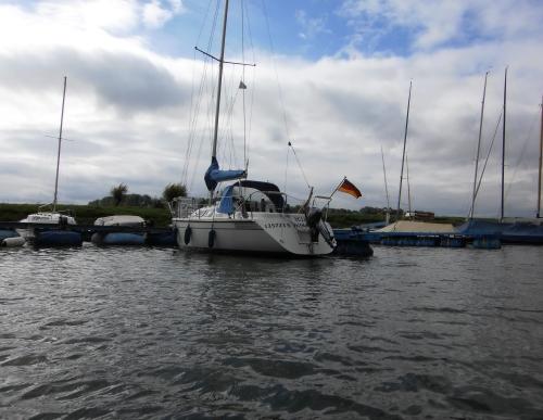 Mit dem Belly Boat an den Schiffen entlang